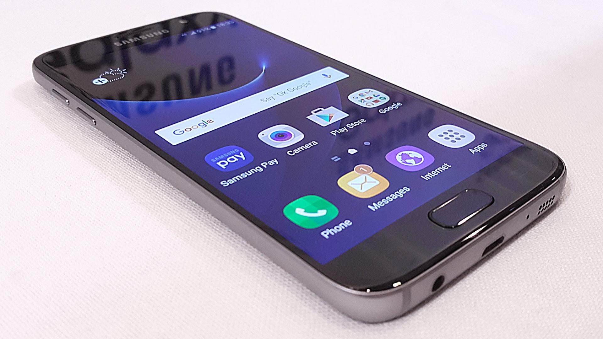 top5-smartfonov-kotorye-podesheveli-v-2017-godu-samsung-galaxy-s7-flat-ehkran