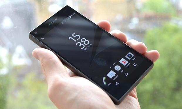 top5-smartfonov-kotorye-podesheveli-v-2017-godu-sony-xperia-z5-v-ruke