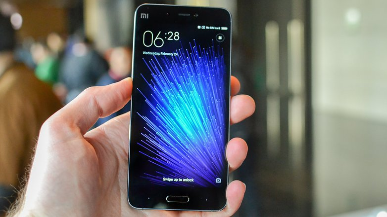 top5-smartfonov-kotorye-podesheveli-v-2017-godu-xiaomi-mi5-v-ruke
