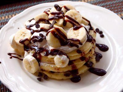 Готовые панкейки с бананом и шоколадом