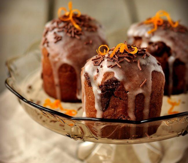 shokoladnyjj-kulich-s-shokoladnojj-pomadkojj-podacha