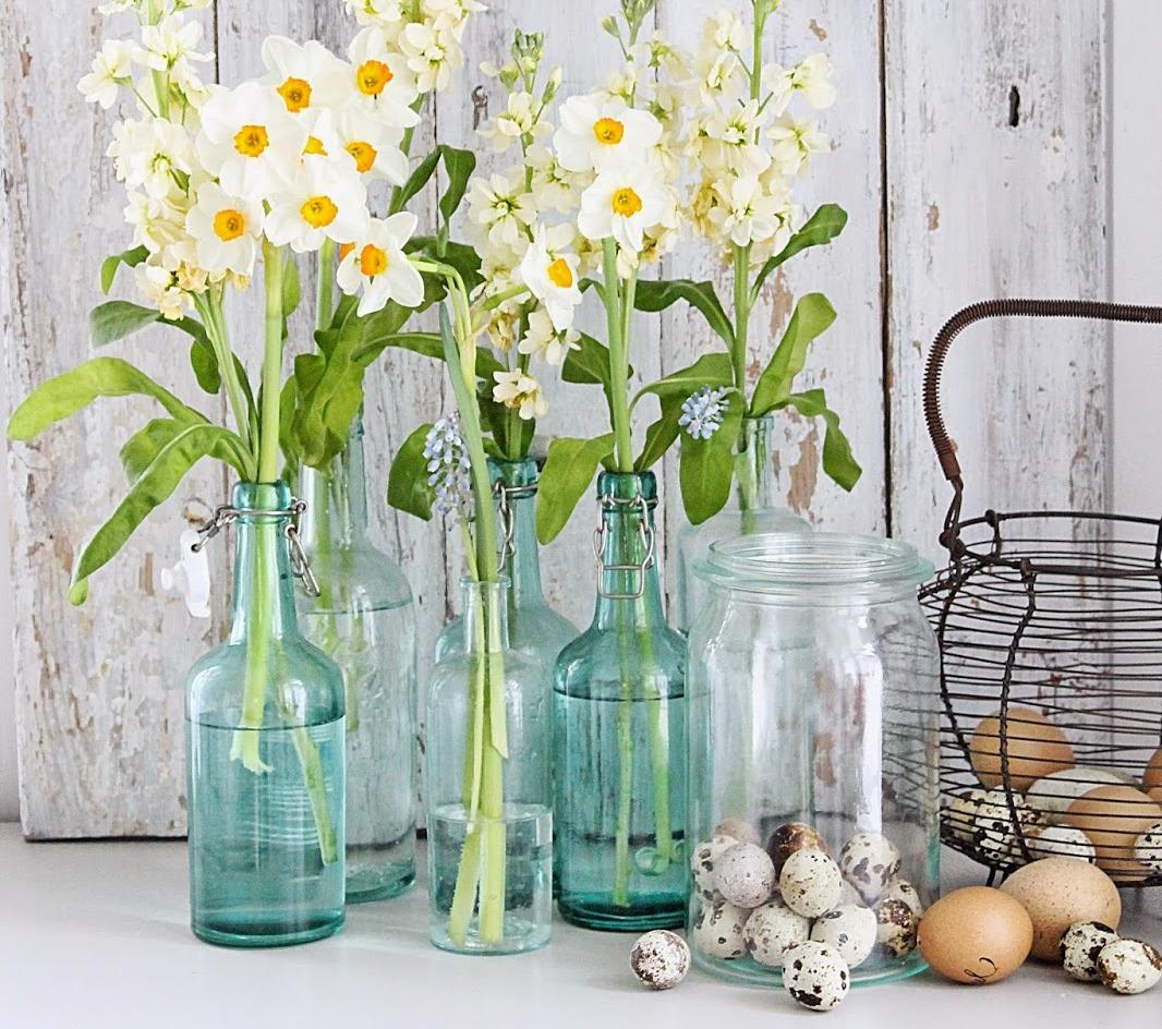 vesennie-cvety-v-butylkakh-dekor-pomeshheniya
