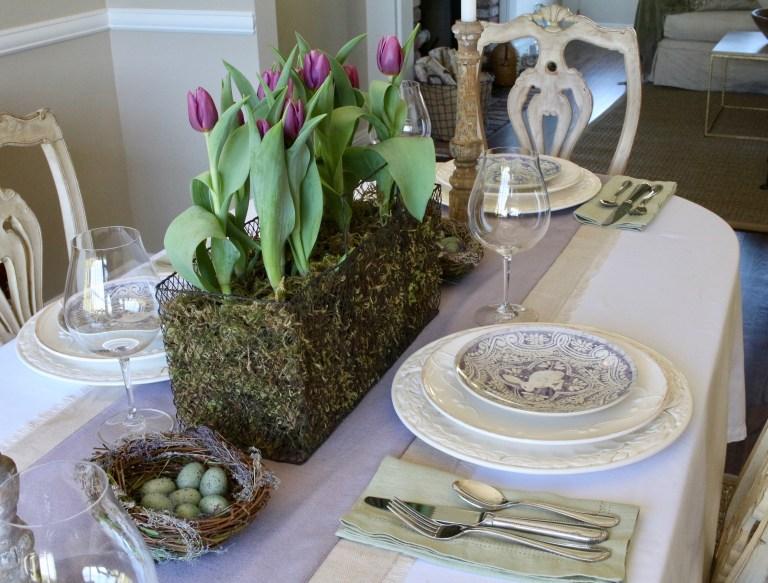 vesennie-cvety-v-servirovke-stola-foto-4