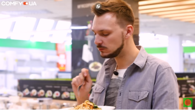 Салат по-азиатски с рисовой лапшой и курицей