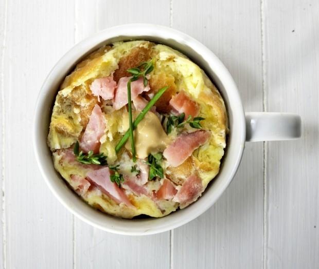 omlet-v-chashke-gotovim-v-mikrovolnovojj-pechi