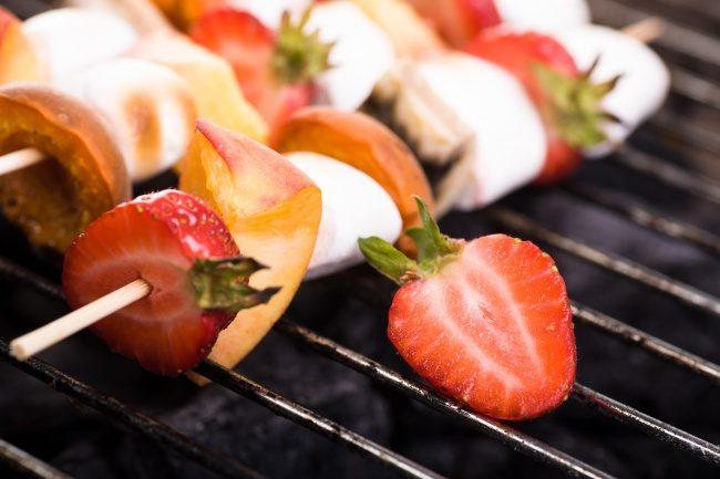podkopchennye-na-grile-frukty-i-yagody-poleznyjj-piknik