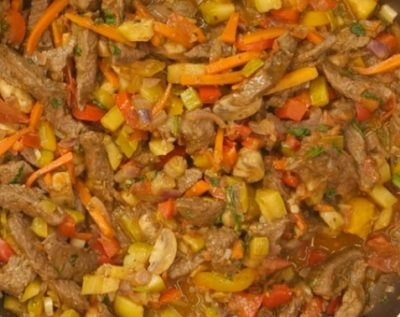 Готова телятина з овочами
