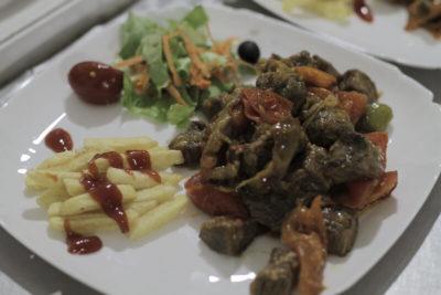 Креативный вариант подачи телятины с овощами