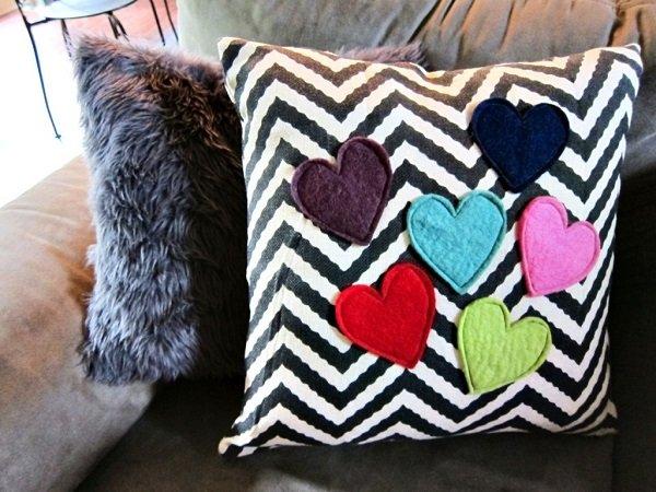 Декор диванных подушек-аппликации из ткани фетр