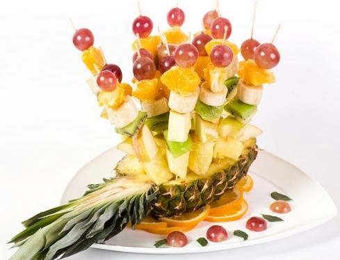 Фруктовые шашлычки-в ананасе
