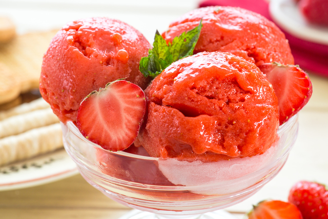 Клубничный сорбет с мятой-охлаждающий десерт