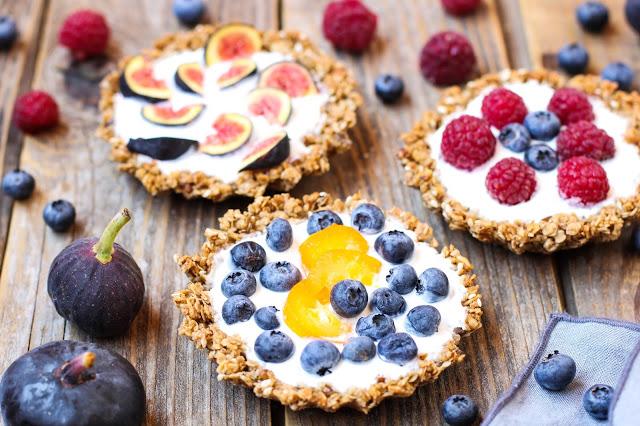 Корзинки-из гранолы с йогуртом, ягодами и фруктами