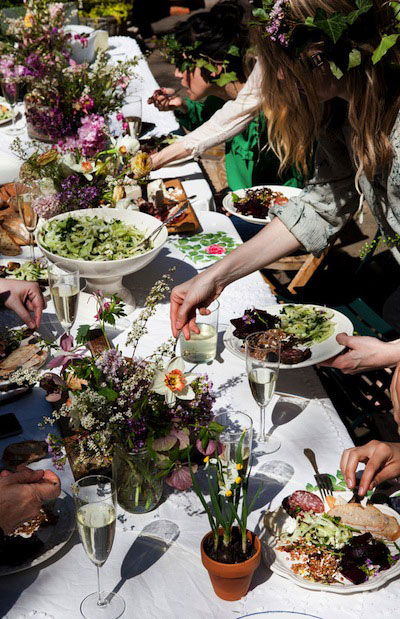 Летняя сервировка стола-больше зелени