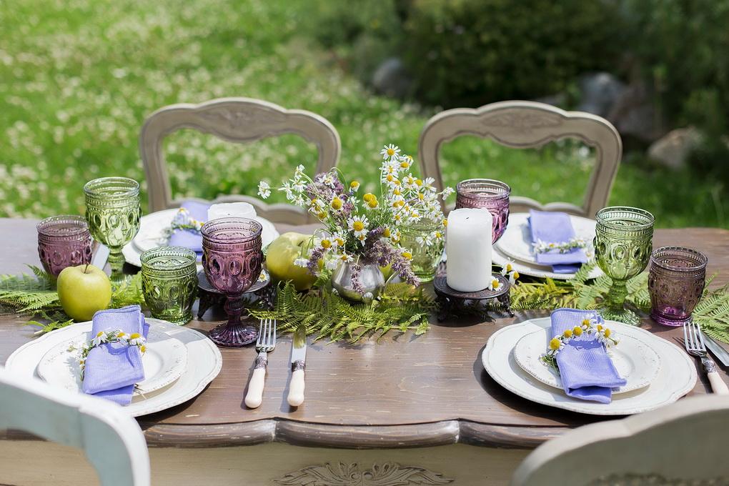Летняя сервировка стола-цветные бокалы и белая посуда