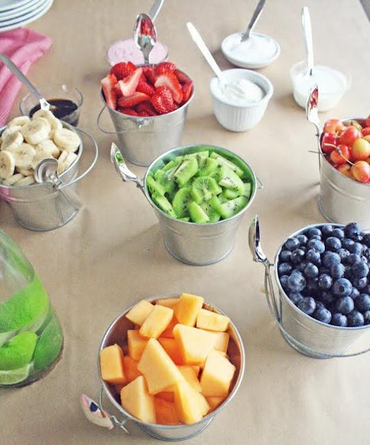 Нарезка фруктов в ведерках-подача