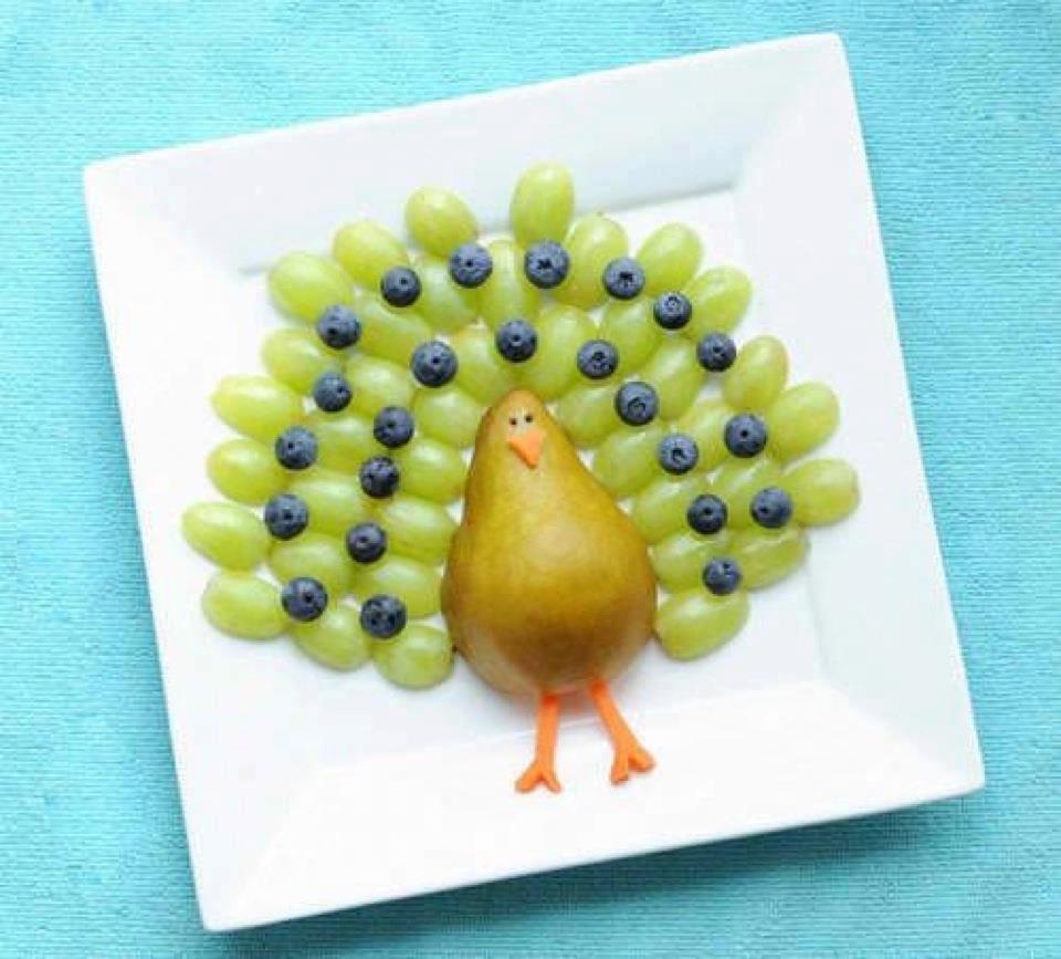 Павлин из груши и винограда-вкусные идеи