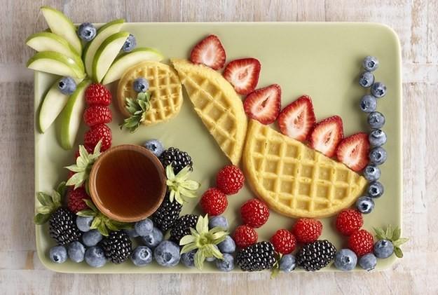 Подача ягод с вафлями-идеи для вкусного лета