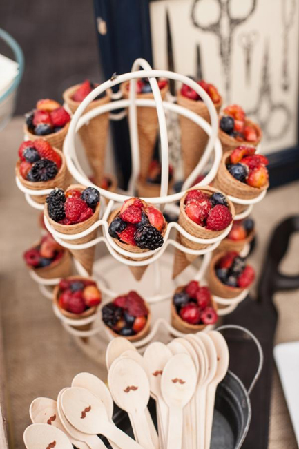 Подача ягод в вафельных стаканчиках-удобная идея