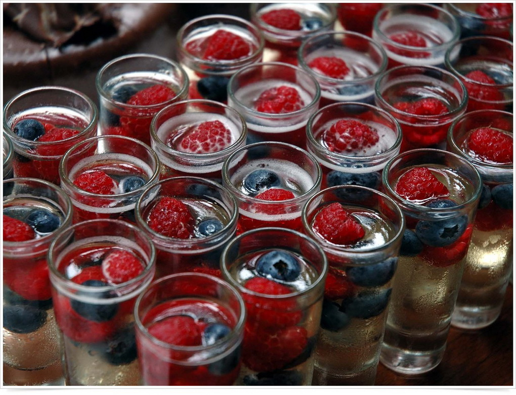 Шампанское с ягодами-подача напитка