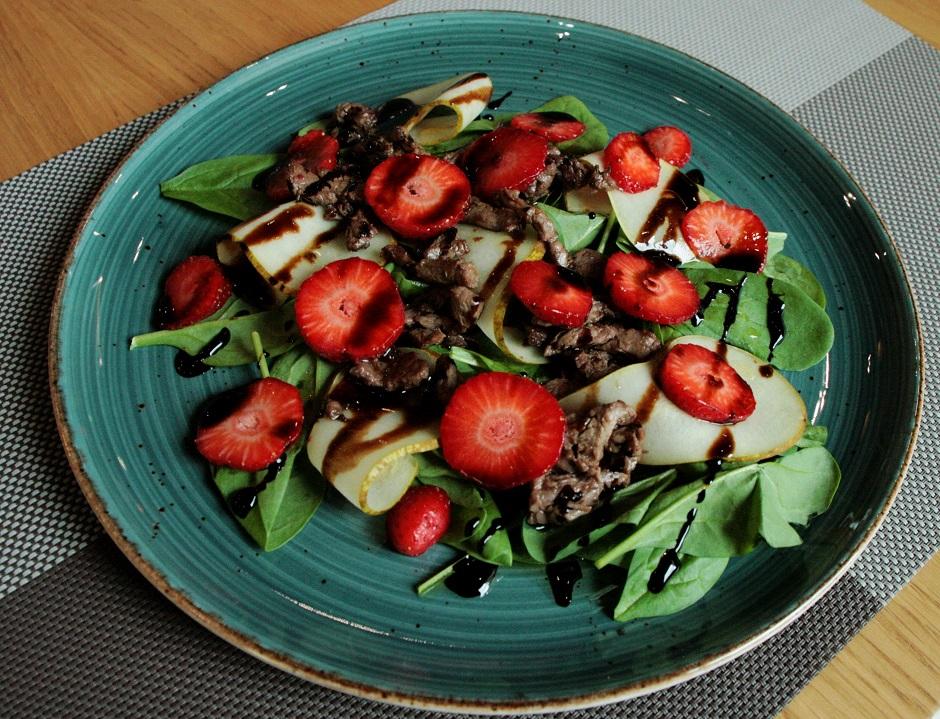 Салат с говядиной и клубникой-фото