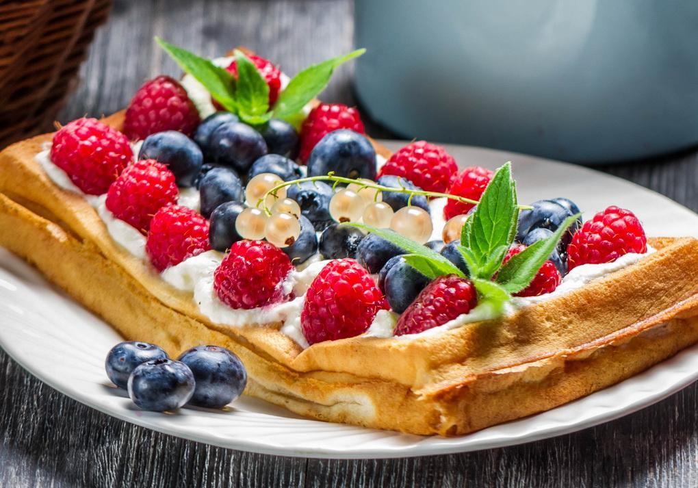 Венские вафли с ягодами-подача