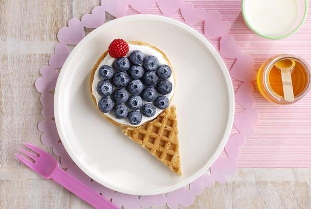 Ягодно-вафельный рожок мороженого-подача ягод с вафлями