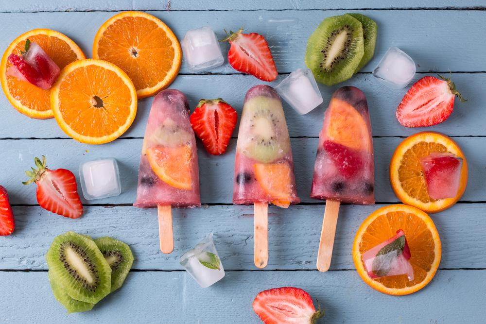 Фруктовый лед с кусочками фруктов-фото