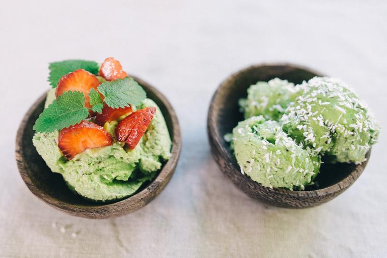 Мороженое из авокадо и киви-подача