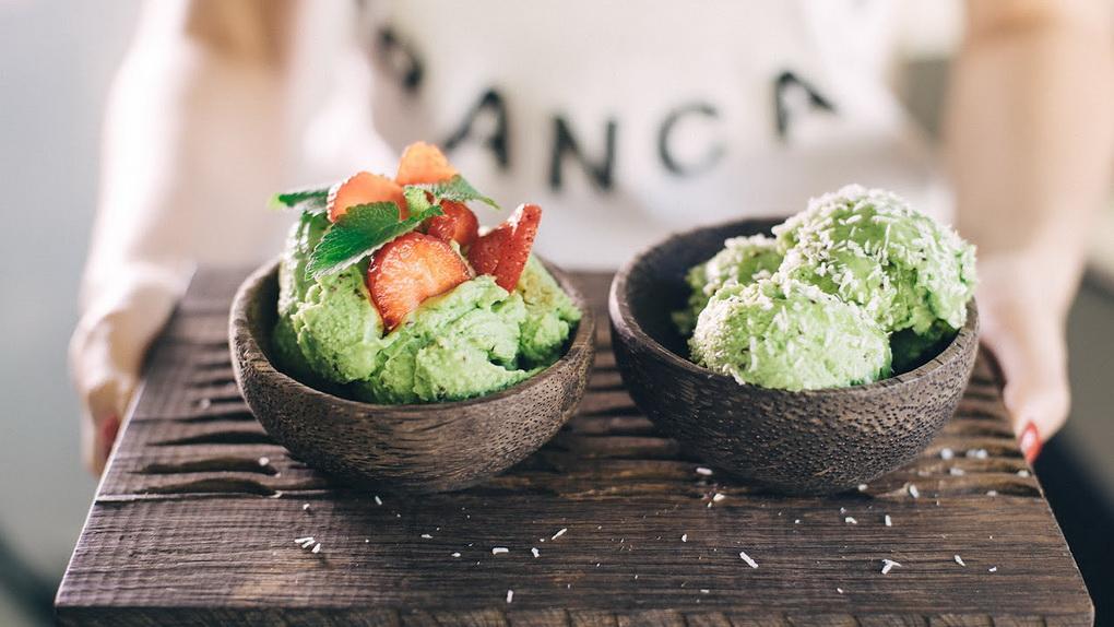 Мороженое из авокадо и киви с клубникой-подача