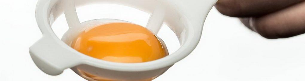 Отделение белка от желтка-фото