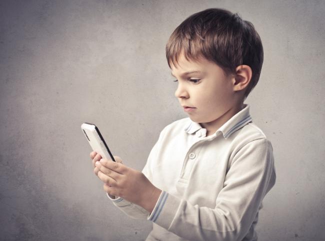Папка «Фото», Цифровой детокс- боремся с зависимостью от смартфонов – ребенок со смартфоном.