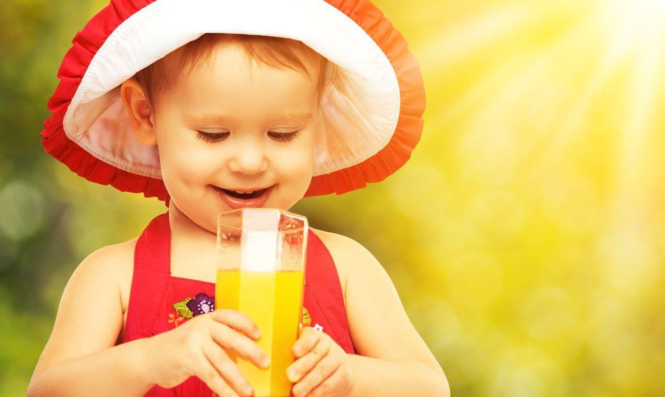 Папка «Фото», Все, что нужно знать о вреде и пользе любимых соков – ребенок пьет сок.