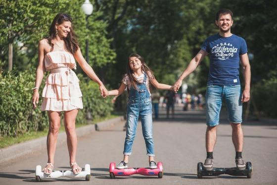 Современный городской транспорт - семья на гиробордах