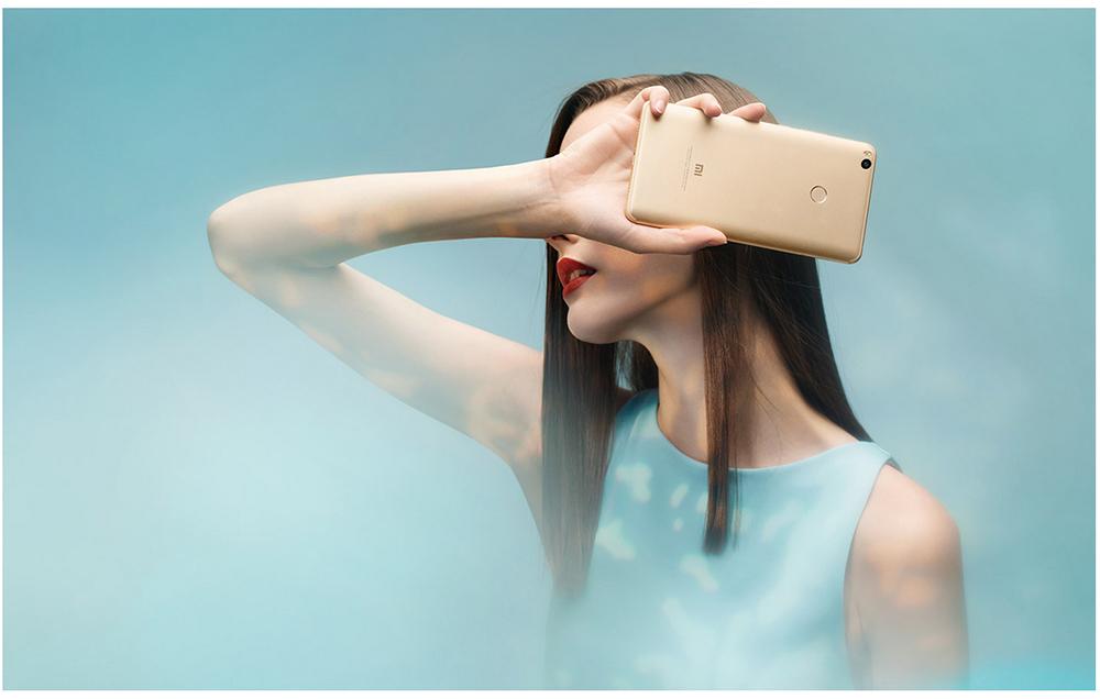 Xiaomi Mi Max 2_обзор максимумов и минимумов смартфона - девушка со смартфоном