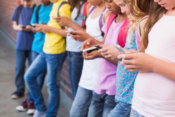 Гаджеты в руках школьника - смартфоны