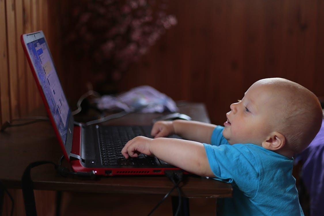 Компьютер в школу - ребёнок за компьютером