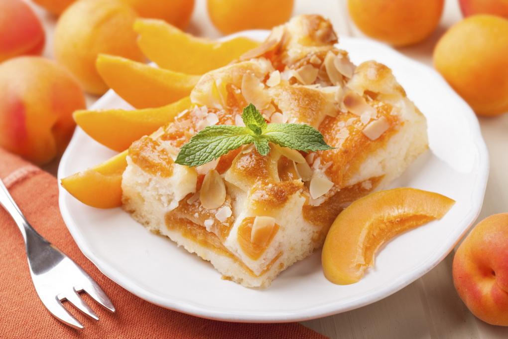 Кусок абрикосового пирога-фото