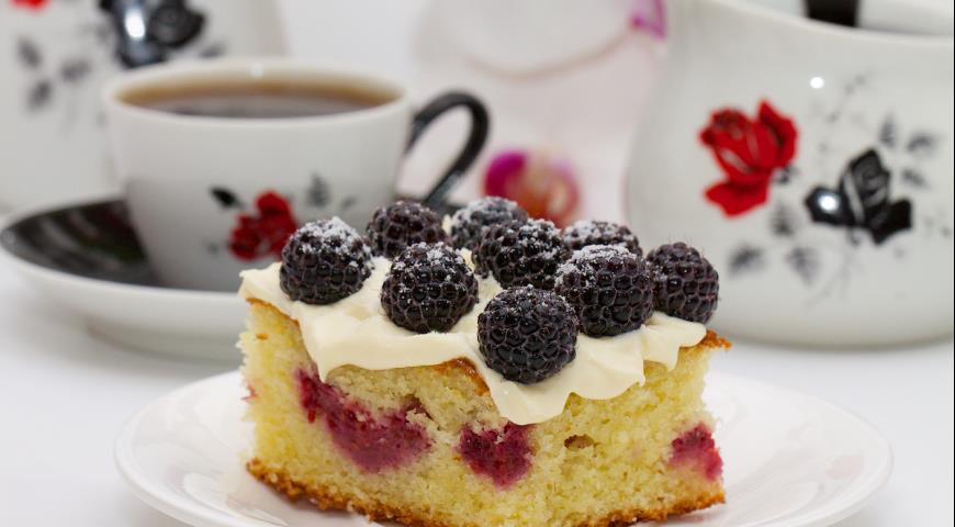Пирог с ежевикой и малиной-кусок крупный план