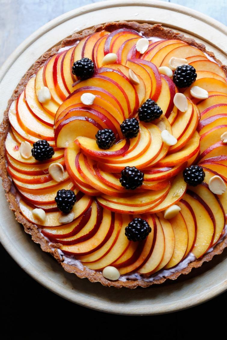 Пирог с персиками и ягодами-подача