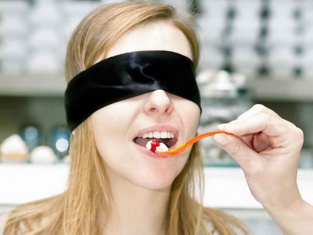 Прием пищи с завязанными глазами-нейробика