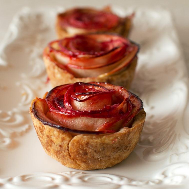 Розы из яблок-оригинальная выпечка фото