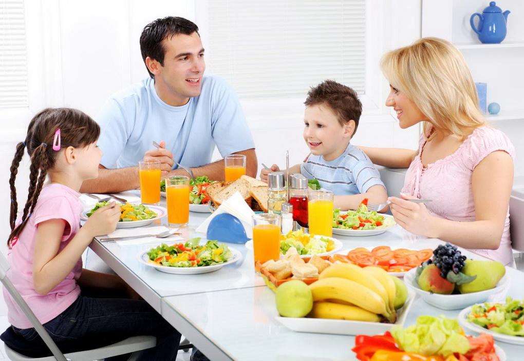 Семья за столом-фото