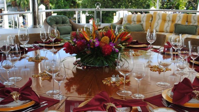 Цветы на столе-сервировка стола