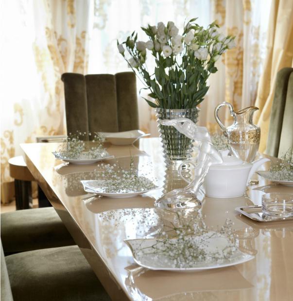 Цветы в тарелке-сервировка стола