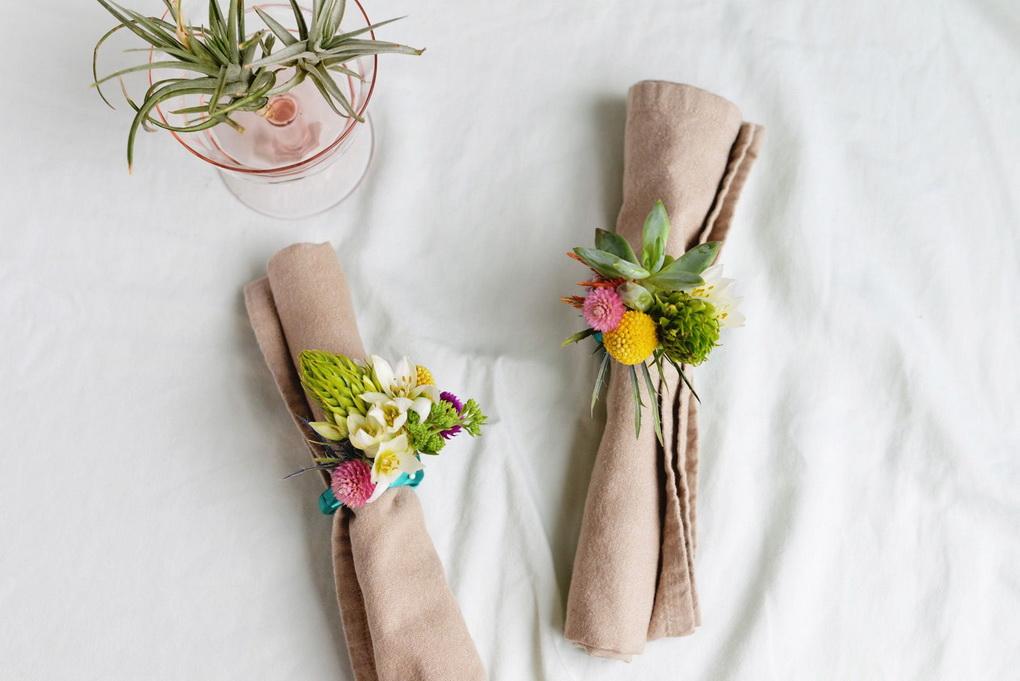 Текстильные салфетки-декор живыми цветами