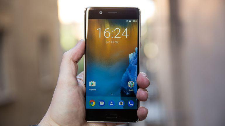 Возвращение смартфонов Nokia_обзор Nokia 3 и Nokia 5 - Nokia 5 в руке