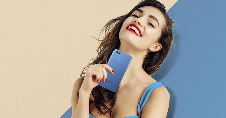 смартфон в голубом оттенке