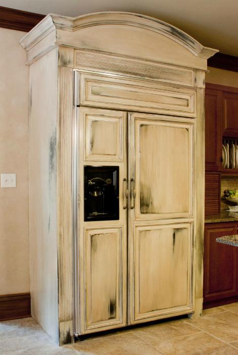 Холодильник-стилизация под платяной шкаф