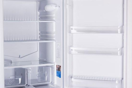 Как правильно и безопасно разморозить - холодильник с открытой дверцей