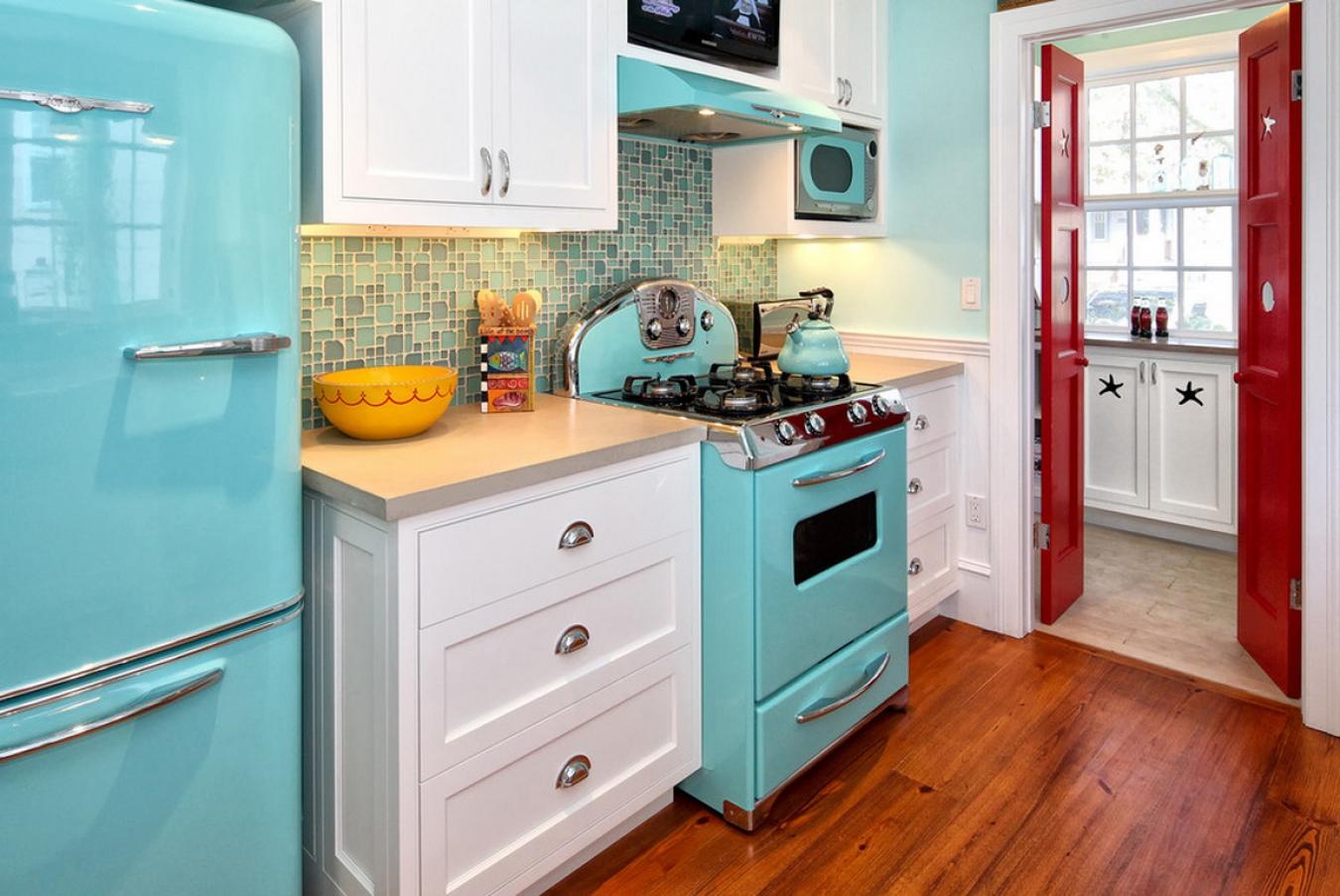 Какой компрессор лучше выбрать для холодильника - ретро кухня с холодильником